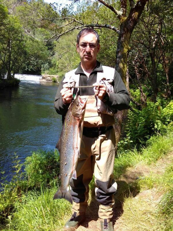 Mario Perujo Aristondo, de Cantabria, saca un salmón de 4,980 kg a cebo natural en el pozo del Ron. Lote 1 de Salmeán.