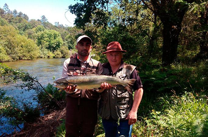 Daniel Martínez Couñago, de Redondela, saca un salmón de repoblación de un peso de 4,018 kg a cebo natural en el pozo de Sadurnil, coto de Monteporreiro.