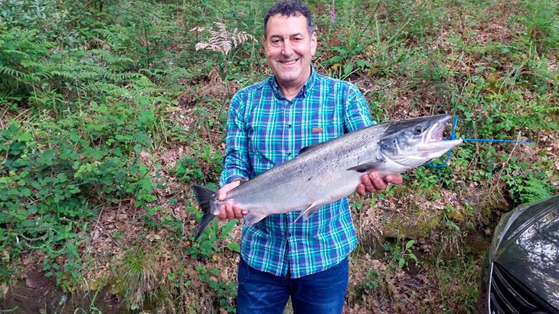 Antonio Bouza Fernández, de A Pontenova, saca un salmón de 4,400 kg a cebo natural en el puesto roto, coto de Ximonde.