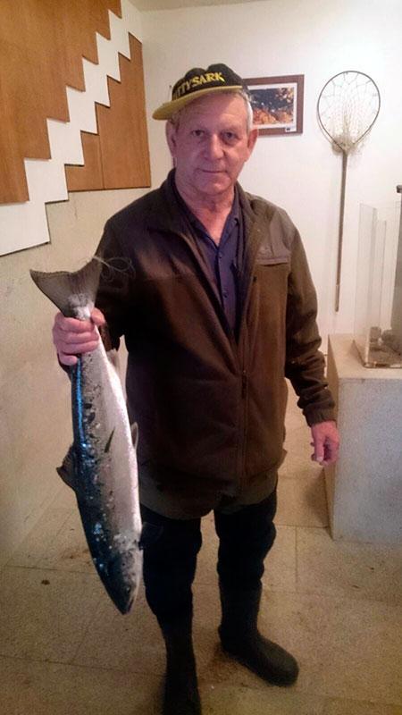 Juan Rodríguez Pereira, de A Estrada, saca un salmón de 3,397 kg a cucharilla en el puesto de O Penedo, coto de Ximonde.