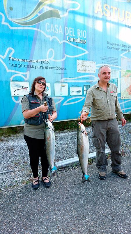 Pili Carreira y Javier Rodíguez, con sus primeros salmones sacados a cebo natural en el coto de Puente Quinzanas.