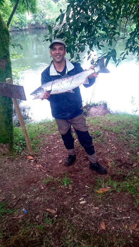 Ramiro González Santiago, de Brión, saca un salmón de 4,346 kg a cucharilla en el puesto de Cubelas, coto de Ximonde.