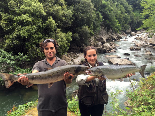 María Alonso y Jaime Martín, con unos salmones precintados en el Matadero río Deva