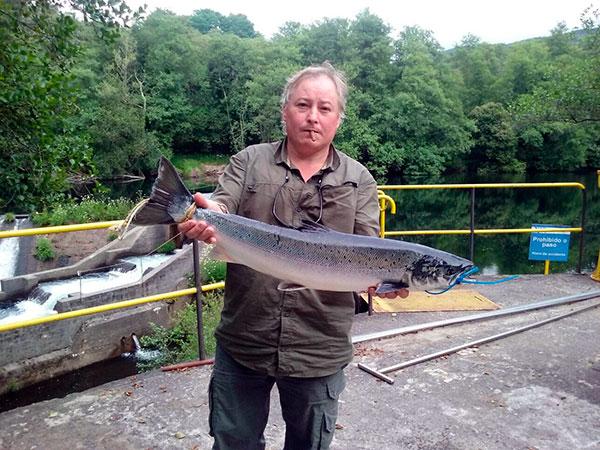 César Muñoz Lareo, de Pontevedra, saca un salmón de 4,850 kg a cebo natural en el pozo de Sadurnil, coto de Monteporreiro.