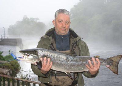 José Manuel Castro Pallas pesca el campanu de Galicia de 7,200 kg en la postura de O bote en el coto Ximonde