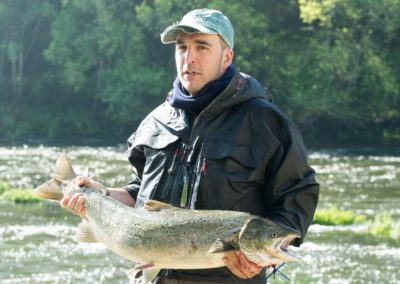 Manuel Mosqueiro posa con el tercer salmón del día de la apertura de galicia