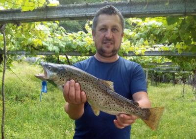 Ramón posa con un reo pescado en el coto de Pontevea